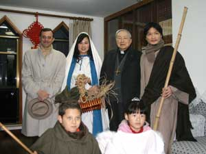 Some of those performing in the crib with Aloysius Jin Luxian, bishop of Shanghai, and Dr. Paolo Sabbatini, director of the Italian Cultural Institute in the Chinese metropolis, who organized the sacred representation (www.iicshanghai.esteri.it)