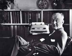 Reinhold Niebuhr in his studio in a photo of 1955<BR> [© Getty images/Laura Ronchi]