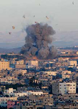 Below, Beit Lahiya, north of the Gaza Strip, under Israeli shelling [© Associated press/LaPresse]