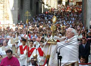 Cardinal Cañizares Llovera during the Eucharistic blessing at the end of the Corpus Christi procession on the streets of Toledo [© Agencia Efe]