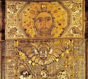 """L'icona del Sancta Sanctorum al Laterano, nota dalle fonti antiche come """"acheropsita"""". Dall'VIII al XII secolo vi era sovrapposto, secondo l'ipotesi di padre Heinrich Pfeiffer, il velo attualmente conservato a Manoppello, noto poi a Roma come la """"Veronica"""" (""""vera icona"""")"""