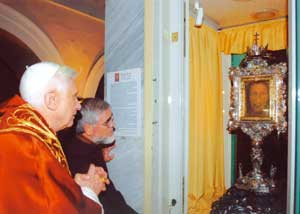 Benedict XVI with Father Carmine Cucinelli in front of the Holy Countenance of Manoppello [© Santuario di Manoppello]