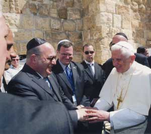 Benedict XVI greets the Israeli Ambasssador to the Holy See, Mordechay Lewy, Jerusalem, 12 May 2009 <BR>[© Osservatore Romano]