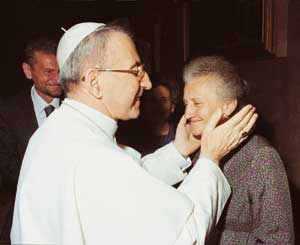 John Paul I embraces his sister Antonia, during the audience reserved for family members, 2 September of 1978. On the left, one glimpses the brother Edoardo <BR>[© Foto Felici]