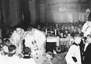 Albino Luciani distributing communion to some children during his first mass as bishop in his hometown <BR>[© Famiglia Luciani]