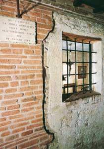 L'esterno della celletta-confessionale  di padre Leopoldo, rimasta indenne dopo il bombardamento che distrusse la chiesa dei Cappuccini a Padova  nel 1944