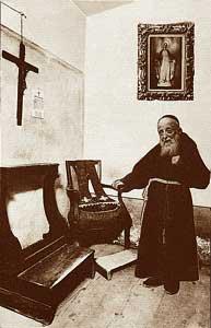 Padre Leopoldo nella sua celletta-confessionale