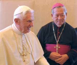 Pierre Nguyên Van Nhon, Bishop of Dà Lat, with Benedict XVI [© Osservatore Romano]