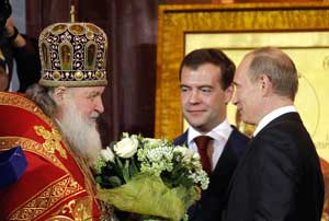Patriarch Kirill of Moscow greeting the Russian President Dmitry Medvedev, and Russian Prime Minister Vladimir Putin, during the Easter liturgy in the Cathedral of Christ the Savior, in Moscow 19 April 2009 <BR>[© Associated Press/LaPresse]