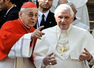 Benedetto XVI con il cardinale Miloslav Vlk <BR>[© Associated Press/LaPresse]