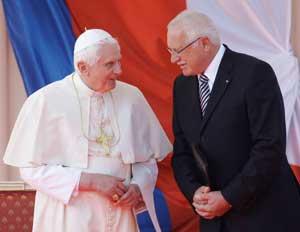 Benedetto XVI al suo arrivo all'aeroporto di Praga, con il presidente della Repubblica Ceca Václav Klaus, il 26 settembre 2009 [© Associated Press/LaPresse]