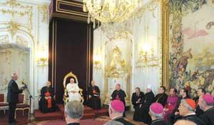 Benedetto XVI con gli esponenti del Consiglio ecumenico delle Chiese  nella Repubblica Ceca, nella Sala del Trono del Palazzo arcivescovile di Praga, il 27 settembre 2009 [© Osservatore Romano]