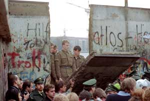 The crowd around a stretch of the Berlin Wall, two days after the historic breach on 9 November 1989 <BR>[© Associated Press/LaPresse]