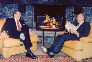 Ronald Reagan e Michail Gorbaciov a Ginevra il 19 novembre 1985 [© Associated Press/LaPresse]