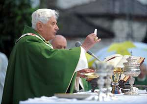 Benedict XVI during the Mass celebrated on the parvis of the Cathedral in Paul VI Square in Brescia, Sunday, 8 November 2009, during the pastoral visit to Brescia and Concesio [© Osservatore Romano]