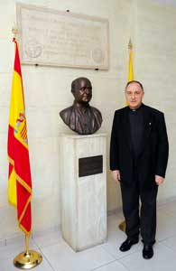 Father Herrera Fraile, rector of the Pontifical Spanish College, next to the bust of the founder, Blessed Manuel Domingo y Sol in the atrium of the College [© Paolo Galosi]