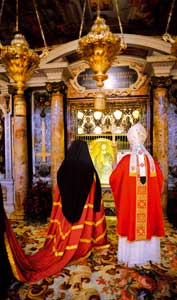 Benedict XVI in prayer with the Ecumenic Patriarch of Constantinople, Bartholomew I, before the tomb of the apostle Peter in the Vatican cellars, the morning of 29 June 2008 <BR>[© Associated Press/LaPresse]
