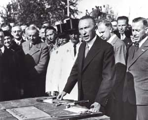 Konrad Adenauer at the laying of the foundation stone of the Ford car factory in Cologne, when he was mayor of the city, in October 1930 [© Associated Press/La Presse]