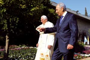 Pope Benedict XVI and Israeli President Shimon Peres during the reception at the presidential residence in Jerusalem, 11 May 2009 [© Avi Hoaion/Gpo]