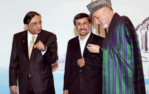 Pakistani President Asif Ali Zardari, the President of Iran Mahmoud Ahmadinejad and the Afghan President Hamid Karzai at the summit of the Economic Cooperation Organization (ECO), in Istanbul, 23 December 2010 <BR>[© Afp/Getty Images]