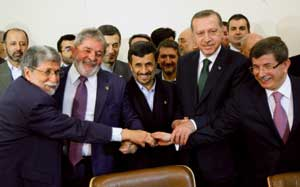 From the left, Brazilian Foreign Minister Celso Amorim, Brazilian President Luiz Inácio Lula da Silva, Iranian President Mahmoud Ahmadinejad, Turkish Prime Minister Recep Tayyip Erdogan and Turkish Foreign Minister Ahmet Davutoglu, at the signing of the agreement for the exchange of low-grade enriched uranium with nuclear fuel, Tehran, 17 May 2010 <BR>[© Associated Press/LaPresse]