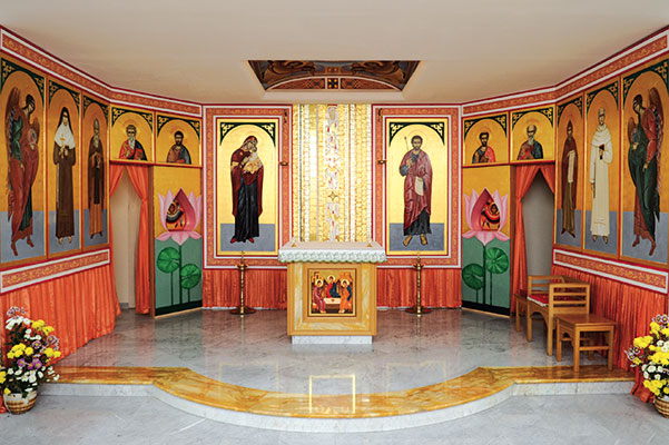 The chapel of the Pontifical Institute of St John of Damascus decorated with icons made by Don Jacob Kooroth; in the center, a mosaic by Marko Ivan Rupnik <BR>[© Paolo Galosi]