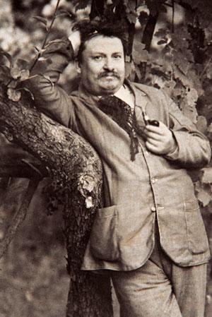 Giovanni Pascoli  nel giardino  della sua casa  a Castelvecchio [© PP. Barnabiti]
