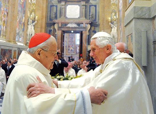 Benedetto XVI con il cardinale decano del Sacro Collegio, Angelo Sodano, dopo l'indirizzo di saluto all'inizio della messa di ringraziamento per l'ottantacinquesimo genetliaco del Pontefice<BR> [© Osservatore Romano]