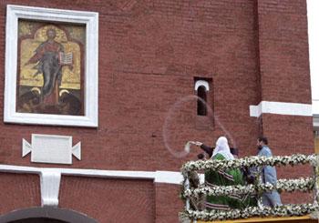 O patriarca Kirill abençoa o antigo ícone do Salvador de Smolensk na torre Spasskaya do Kremlin, em Moscou, dia 28 de agosto de 2010 [© Associated Press/LaPresse]