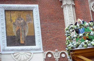 O patriarca Kirill abençoa o antigo ícone de São Nicolau Taumaturgo da torre Nikolskaya do Kremlin, dia 4 de novembro de 2010 [© Itar-Tass]
