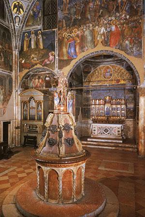 Scorcio dell'interno del  Battistero di Padova con il fonte battesimale <BR>[© Giorgio Deganello Editore]