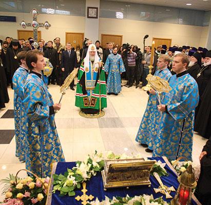 Il Patriarca Kirill accoglie la reliquia con una solenne cerimonia nella Cattedrale [© Foundation of St Andrew the First-Called Apostle]