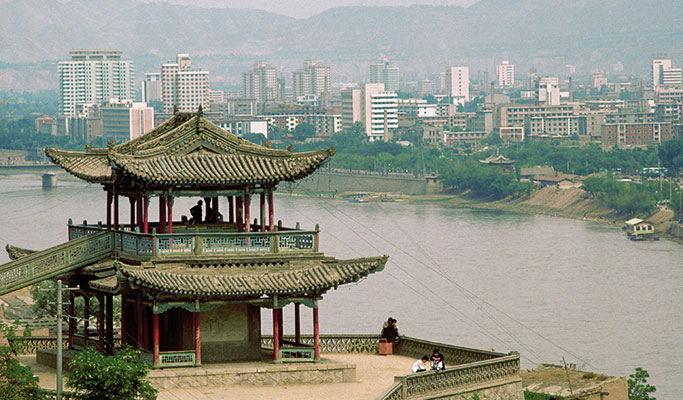 The city of Lanzhou, crossed by the Yellow River [© Corbis]