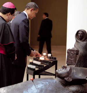 Barack Obama visita la tomba di Romero <BR>[© Associated Press/LaPresse]