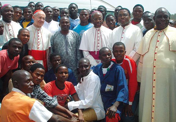 Kardinal Jean-Louis Tauran mit den Studenten der Berufsschule Inter-Faith in Bokkos (Nigeria). [© Päpstlichen Rat für den interreligiösen Dialog]