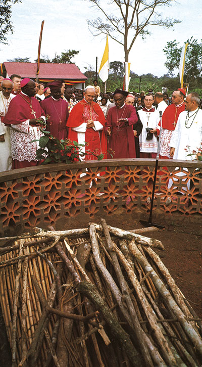 Paul VI in front of the monument to the Ugandan martyrs, Namugongo, 2 August 1969. Montini was the first pope to visit Africa <BR>[© Pepi Merisio]