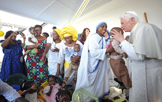 Papa Benedetto XVI nella chiesa di Santa Rita, Cotonou, Benin, domenica 20 novembre [© Associated Press/LaPresse]