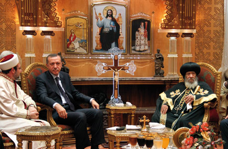 Pope Shenouda III, the Coptic Patriarch of Alexandria, with the Prime Minister of Turkey, Recep Tayyip Erdogan, in Cairo, 14 September 2011 [© Associated Press/LaPress]