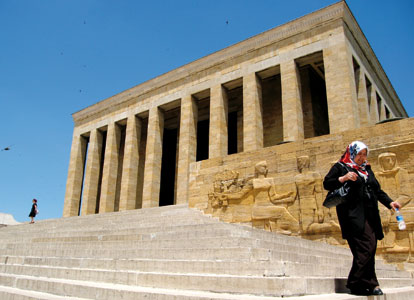 The imposing mausoleum of Atatürk in Ankara <BR>[© Lorenzo Biondi]