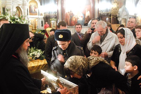 Fedeli che baciano la reliquia della cintura della Vergine Maria a Mosca <BR>[© Associated Press/LaPresse]