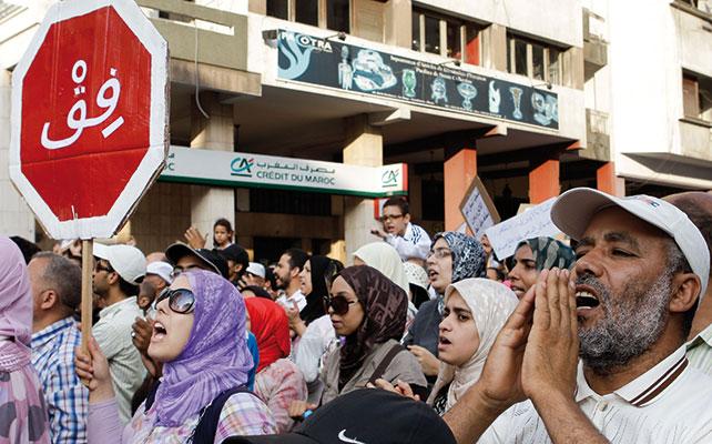 """Una manifestazione per le strade di Casablanca con un cartello che dice """"sveglia!"""". Domenica 18 settembre 2011 migliaia di attivisti per la democrazia in Marocco hanno manifestato in tutto il Paese [© Associated Press/LaPresse]"""