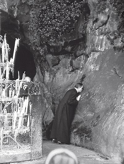 San Josemaría Escrivá de Balaguer nella Grotta di Lourdes [© Opus Dei]