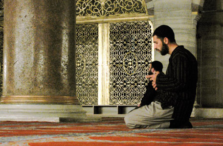 Faithful in prayer in the great mosque of Suleiman in Istanbul [© Lorenzo Biondi]