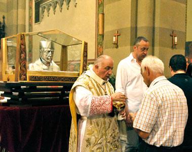 Il cardinale Dionigi Tettamanzi durante la celebrazione di ringraziamento per la beatificazione di don Serafino Morazzone nella parrocchia di Chiuso (Lecco) il 27 giugno 2011