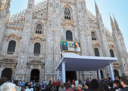 Piazza del Duomo a Milano gremita di fedeli, durante la cerimonia di beatificazione di don Serafino Morazzone, suor Enrichetta Alfieri e padre Clemente Vismara, il 26 giugno 2011 [© ITL/Melloni]