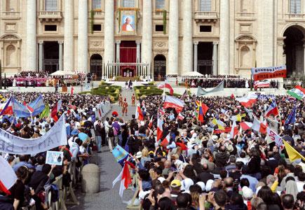 Piazza San Pietro gremita di fedeli in occasione della cerimonia di beatificazione di Giovanni Paolo II il 1° maggio scorso [© Cristian Gennari/Romano Siciliani]