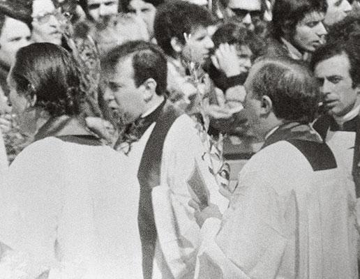 Padre Giacomo Tantardini e Dom Giussani na praça de São Pedro, no Domingo de Ramos, em 23 de março de 1975, Ano Santo