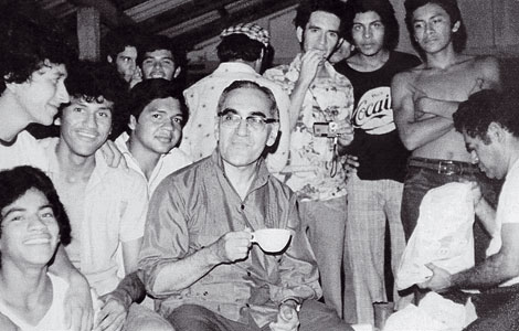 Óscar Romero with seminarians at Playa el Majahual, 1978