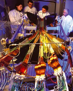 Ricercatori al lavoro sull'esperimento Alice al Cern [© Cern]
