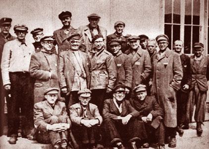 Una foto di gruppo di sacerdoti cecoslovacchi dopo la liberazione dal lager di Dachau nel 1945